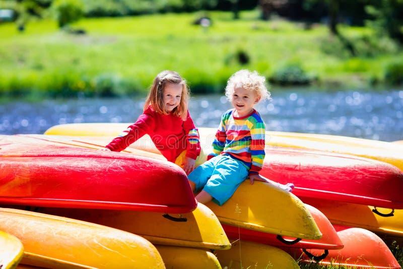 在堆的两个孩子皮船 免版税图库摄影