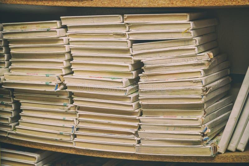 在堆的旧书在架子 免版税库存照片