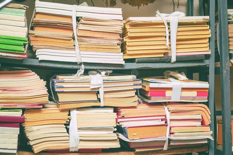 在堆的旧书在架子 库存图片