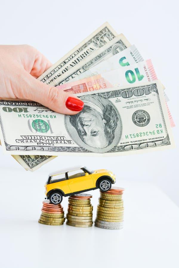 在堆的玩具汽车硬币 免版税库存照片