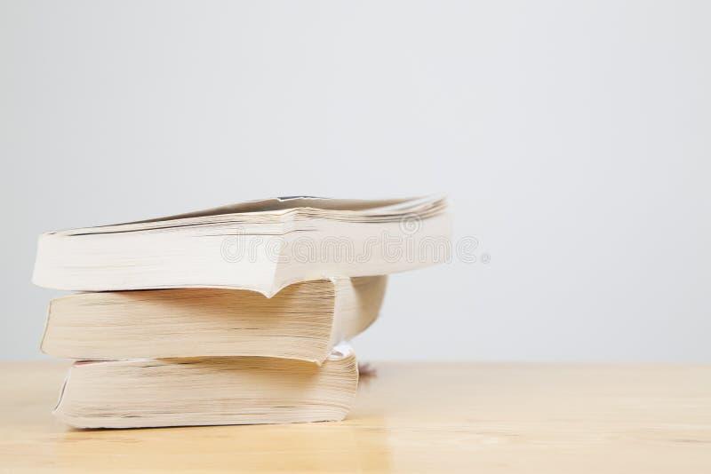 在堆的纸后面书 库存照片