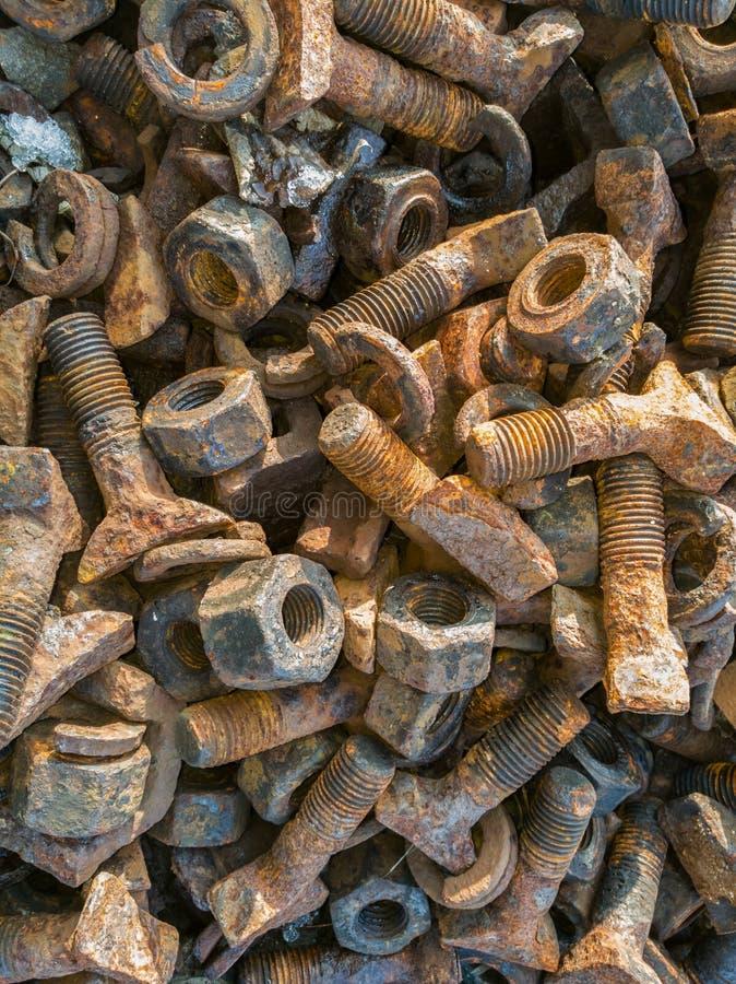 在堆的老生锈的螺丝 库存照片