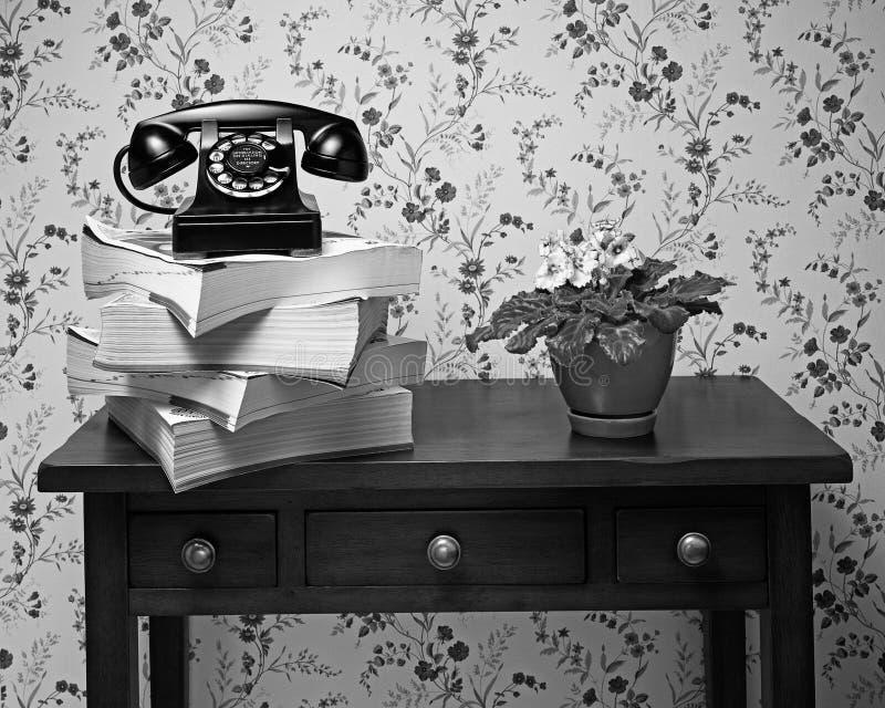 在堆的老黑轮循拨号电话电话簿 免版税库存照片