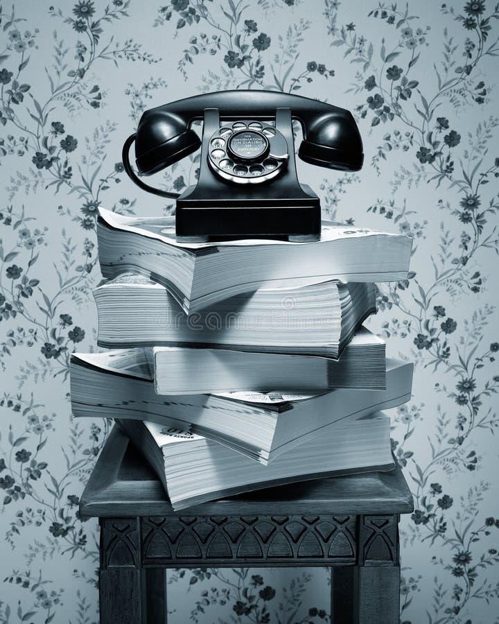 在堆的老黑轮循拨号电话电话簿 库存图片