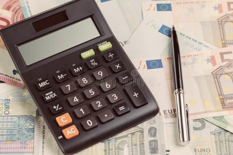 在堆的黑笔与计算器,企业ba的欧洲钞票 图库摄影