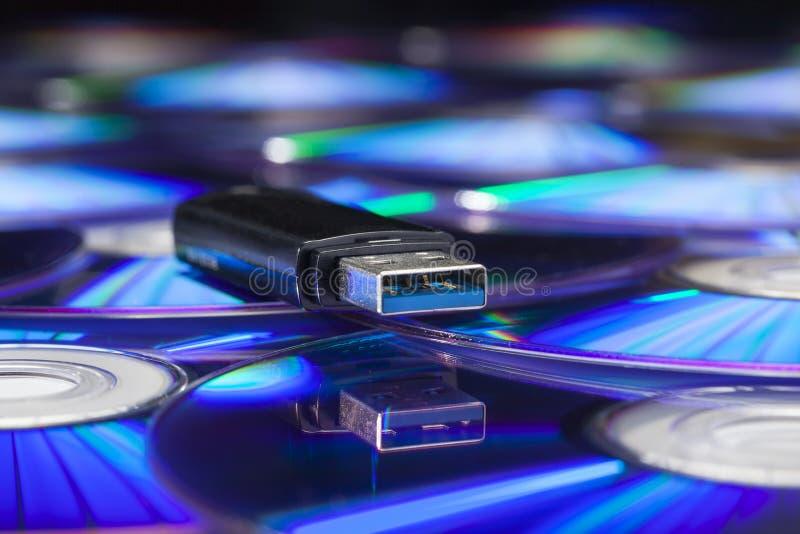 在堆的Usb棍子cds 免版税图库摄影