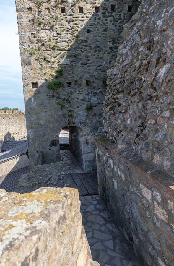 在堡垒墙壁上的段落在斯梅代雷沃堡垒的废墟,站立在多瑙河的银行在镇  免版税库存照片