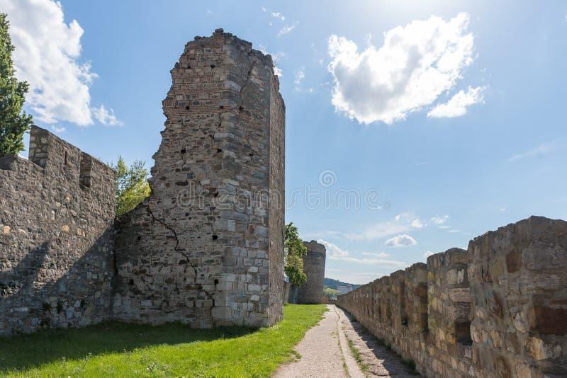 在堡垒墙壁附近的段落在斯梅代雷沃堡垒的废墟,站立在多瑙河的银行在斯梅代雷沃 免版税库存图片