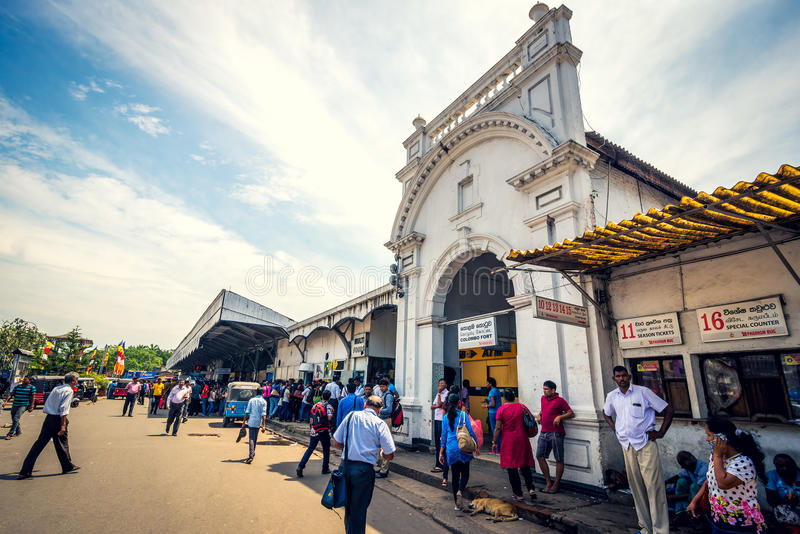 在堡垒火车站前面的未认出的乘客在科伦坡 免版税库存照片