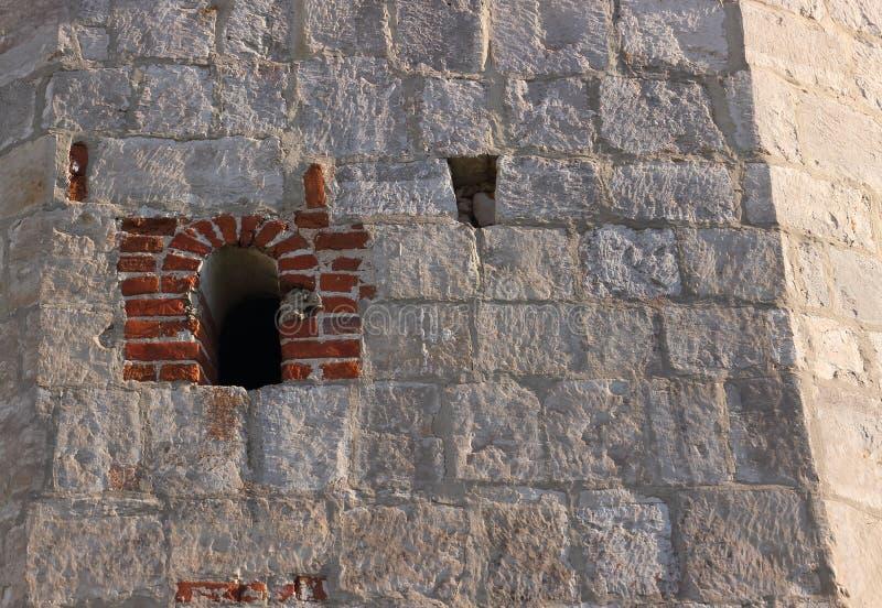 在堡垒的古老墙壁的小发射孔 图库摄影