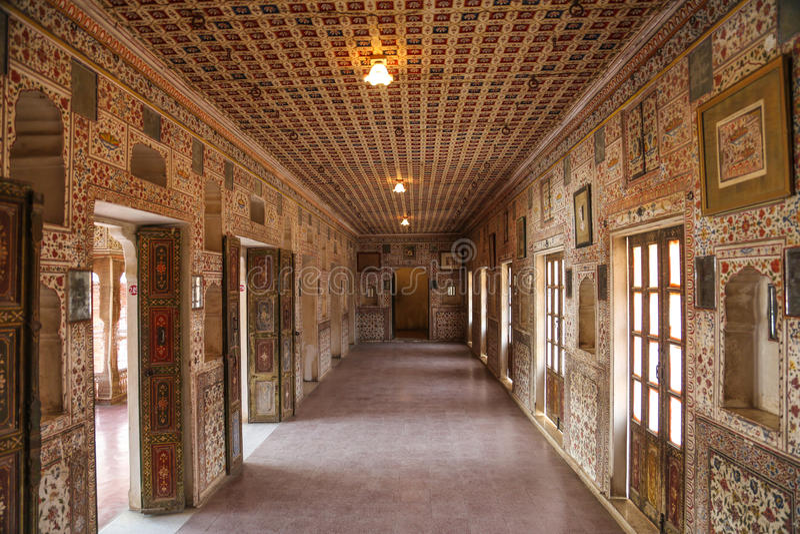 在堡垒的美丽的古老走廊 免版税库存照片