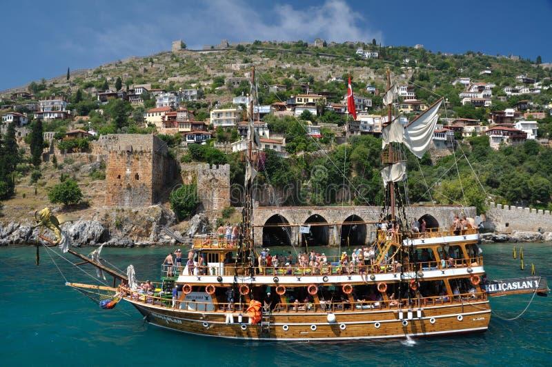 在堡垒的背景的一条游艇在阿拉尼亚 免版税库存图片