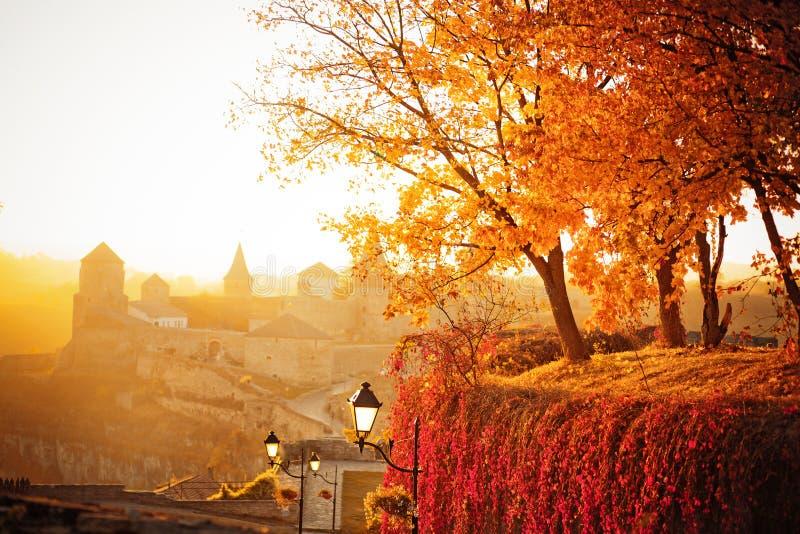 在堡垒的背景的秋天风景 库存图片