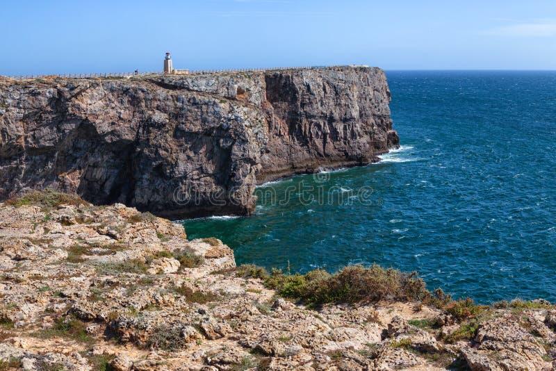 在堡垒福特莱萨de萨格里什,葡萄牙,阿尔加威附近的海岸线 库存照片