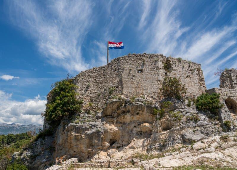 在堡垒顶部的旗子在诺维格勒上克罗地亚镇在伊斯特拉县 免版税库存图片