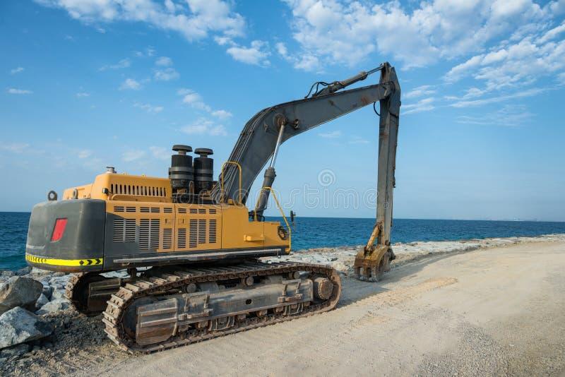 在堤防的挖掘机 库存照片