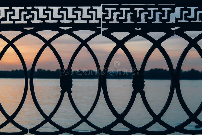 在堤防的楼梯栏杆 免版税库存照片