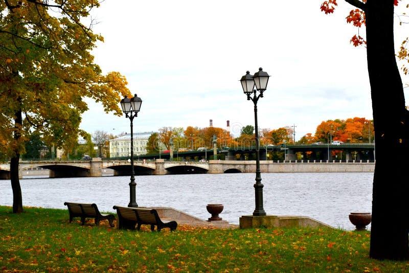 在堤防的秋天与灯笼 库存图片
