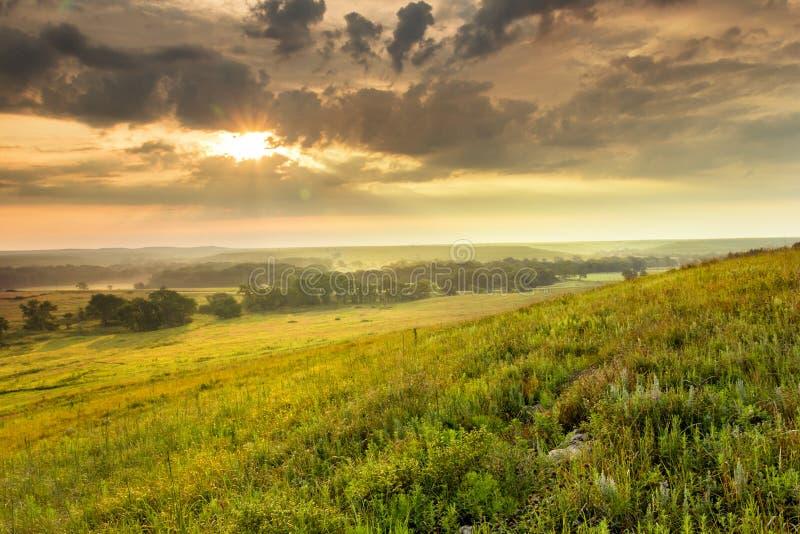 在堪萨斯Tallgrass大草原蜜饯国家公园的剧烈的日出 库存图片