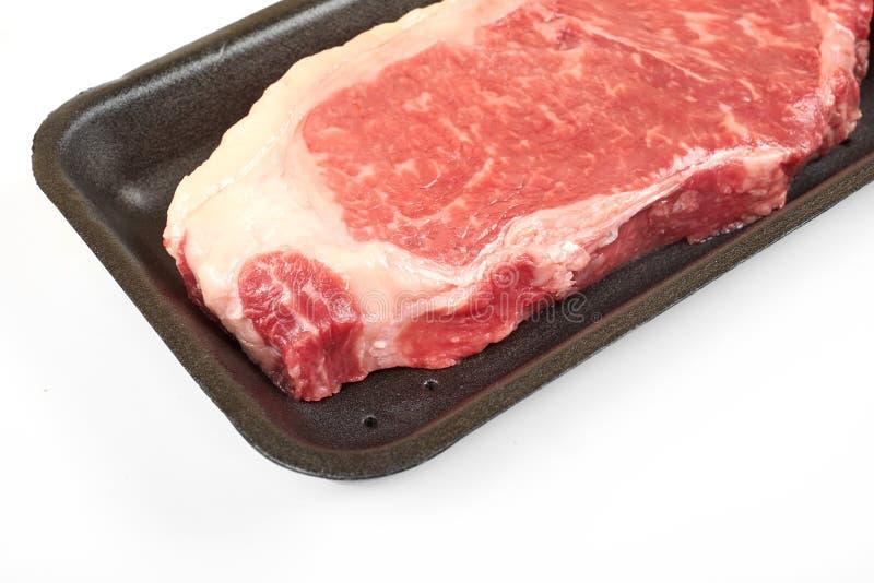 在塑料封装盘子的未加工的牛腩牛排 免版税库存图片