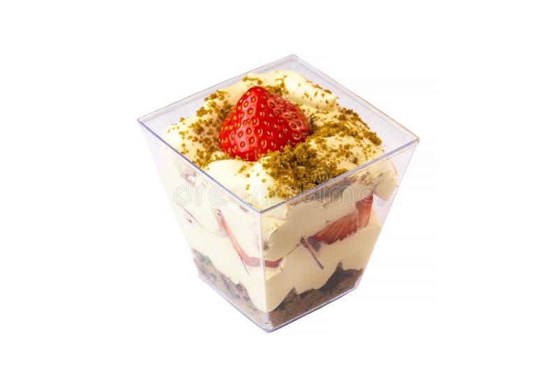 在塑料杯子的乳脂状的奶油色点心装饰用莓果 免版税库存照片