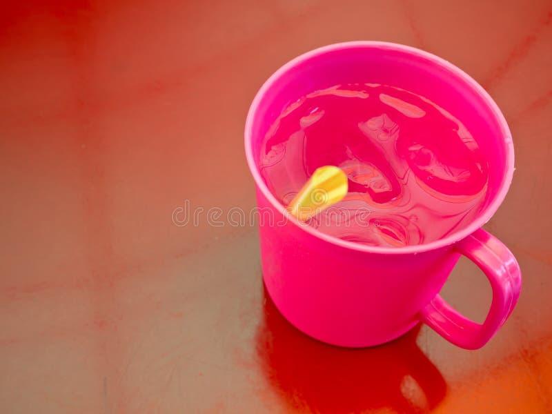 在塑料杯子的凉水在街道食物店 库存图片