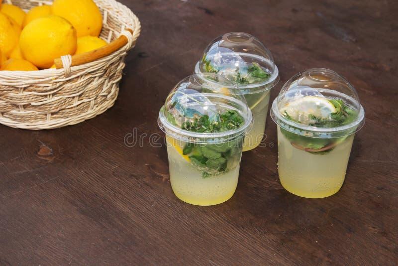 在塑料杯子的柠檬水 免版税库存照片