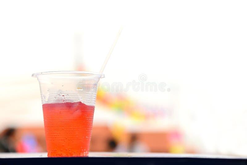 在塑料杯子的红色冷饮 图库摄影
