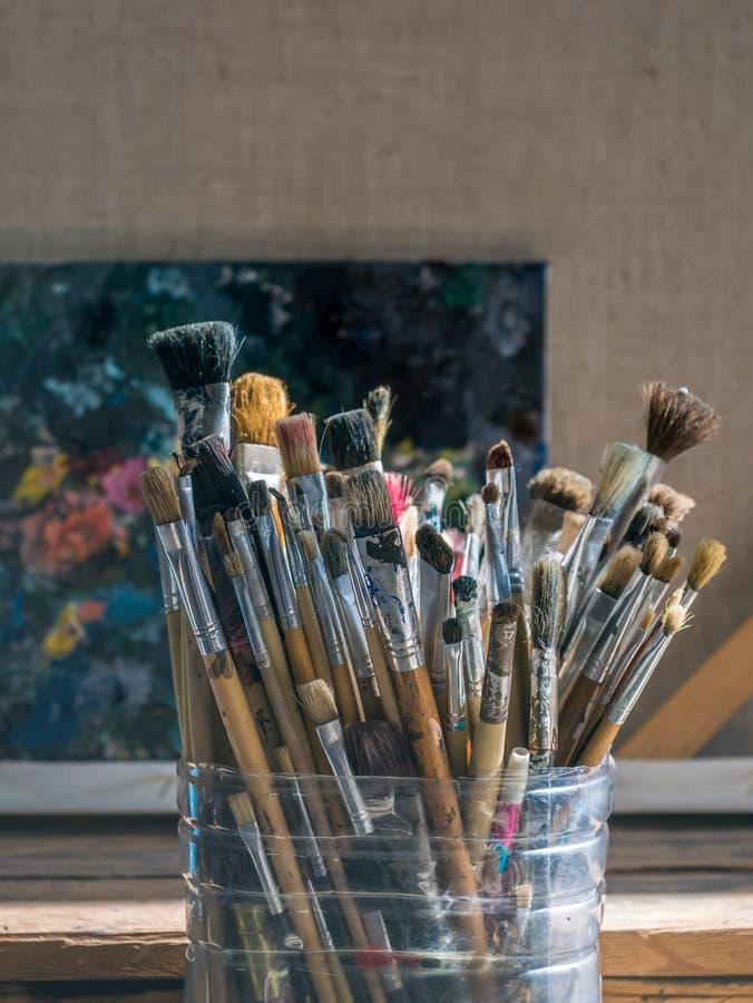在塑料桶的老使用的画笔 向量例证