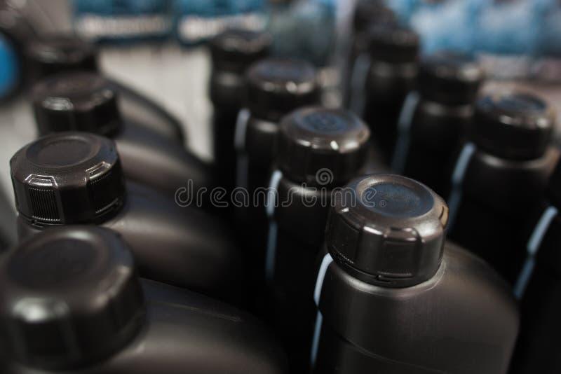 在塑料瓶的机油 存放陈列室 免版税库存图片