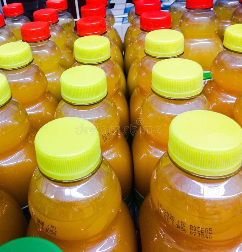 在塑料瓶的果汁 今天他们从酒吧被找到到处到所有可能的口味的超级市场 免版税图库摄影