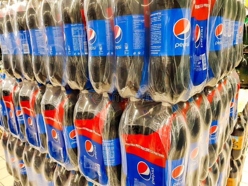 在塑料瓶的百事可乐接近射击在地方超级市场 免版税图库摄影