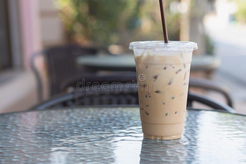 在塑料的冰冻咖啡拿走杯子 室外的咖啡馆 夏天喝 免版税库存图片