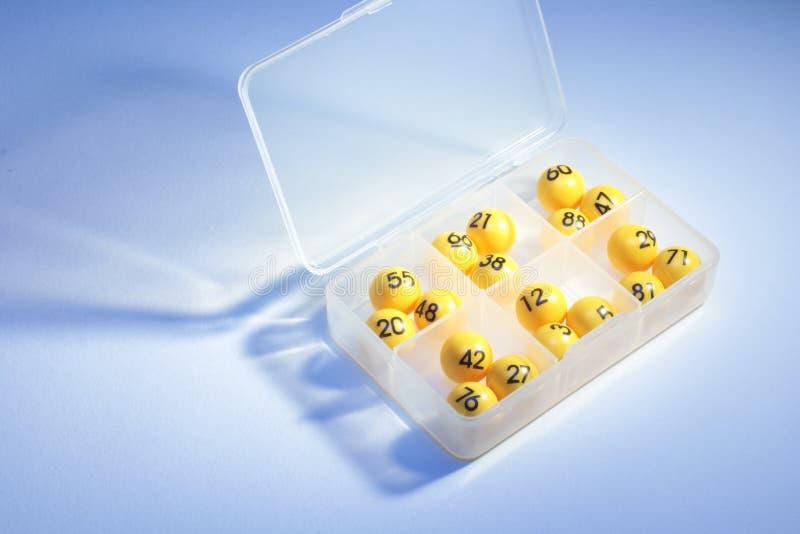 在塑料盒的宾果游戏球 免版税库存照片