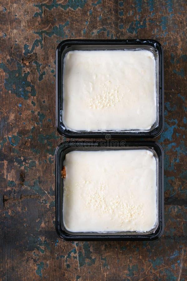在塑料盒的烤宽面条 免版税库存照片