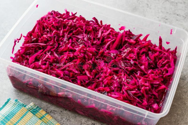 在塑料碗的切细的红叶卷心菜沙拉 / 腌汁 库存照片