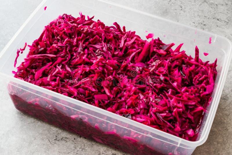 在塑料碗的切细的红叶卷心菜沙拉 / 腌汁 免版税库存照片
