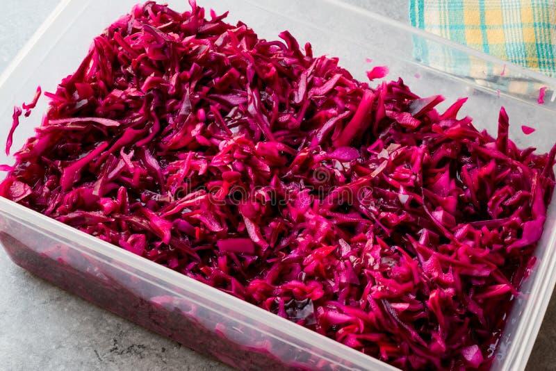 在塑料碗的切细的红叶卷心菜沙拉 / 腌汁 库存图片