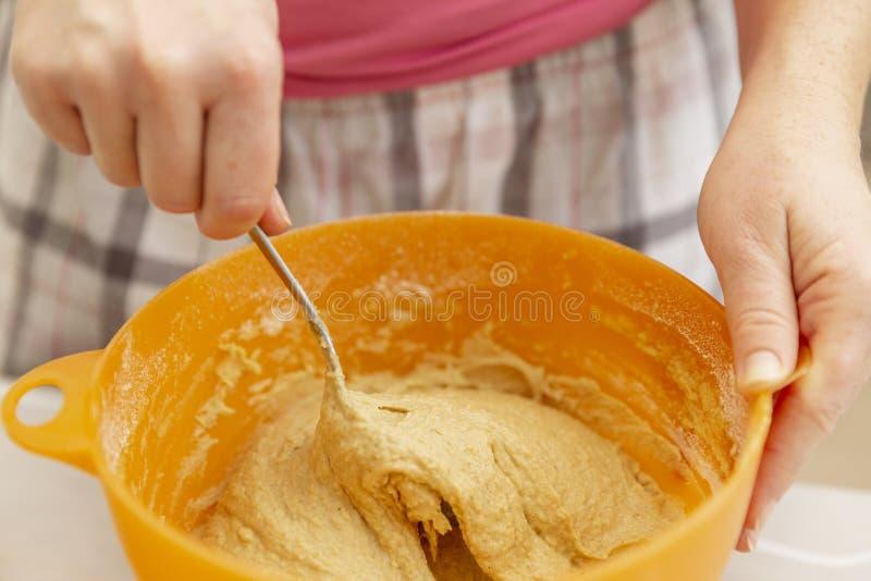 在塑料碗的揉的面团在厨房里,特写镜头 免版税库存照片