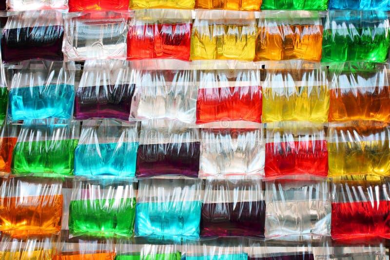 在塑料袋的五颜六色的甜水汁液 免版税库存图片
