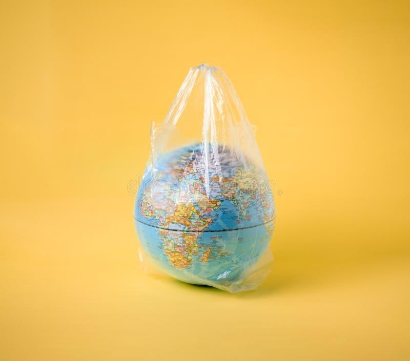 在塑料袋的地球模型,拯救世界 免版税库存照片