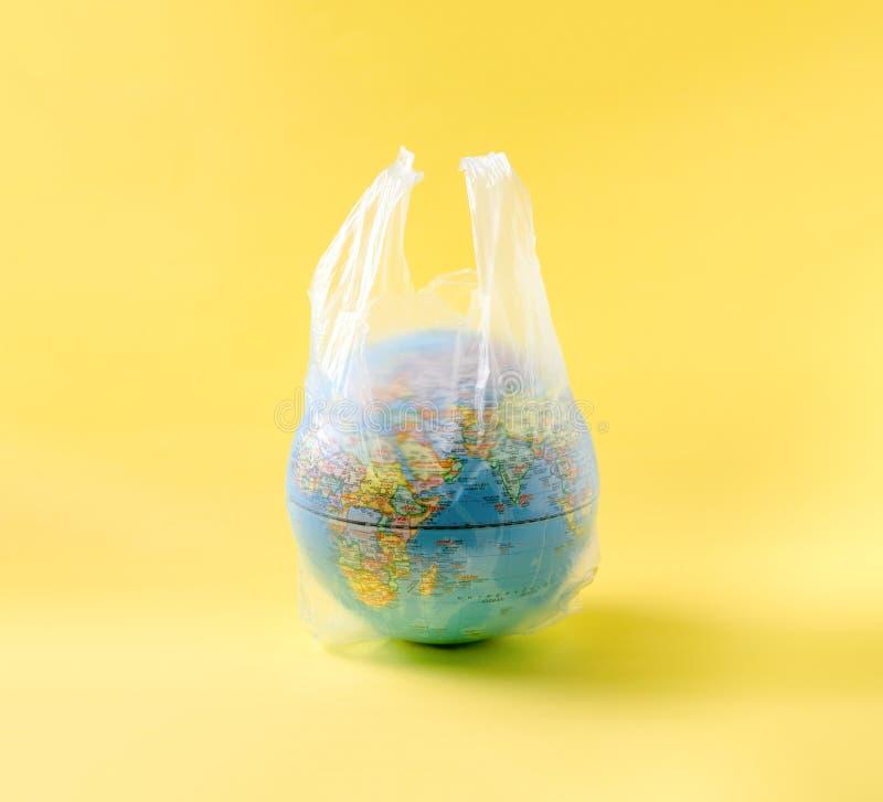 在塑料袋的地球模型,拯救世界 库存照片
