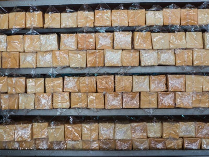 在塑料袋的面包在架子 库存照片