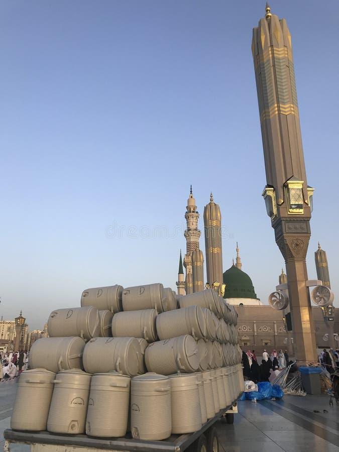 在塑料鼓的Zamzam水为香客自由地提供在Madinah清真寺,沙特阿拉伯 免版税库存图片