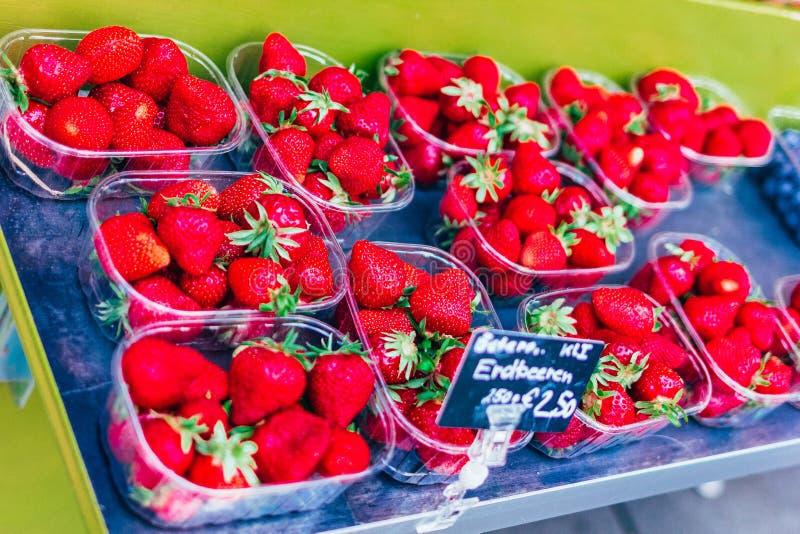 在塑胶容器的成熟草莓 免版税库存图片