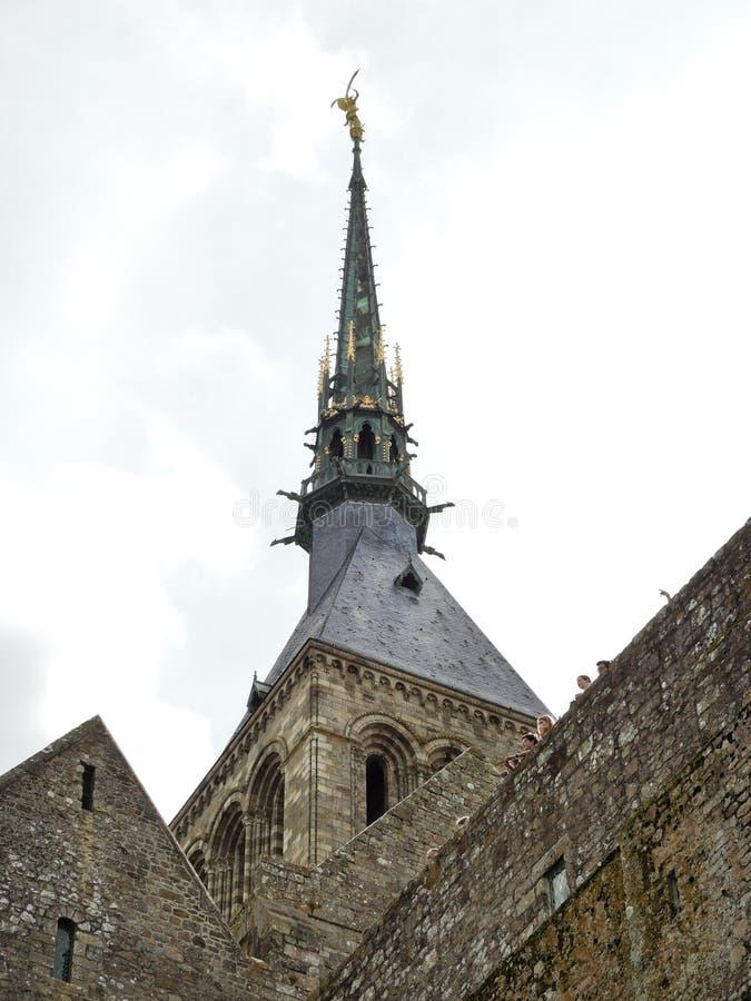 在塔修道院mont圣徒米谢尔尖顶的雕象  免版税库存照片