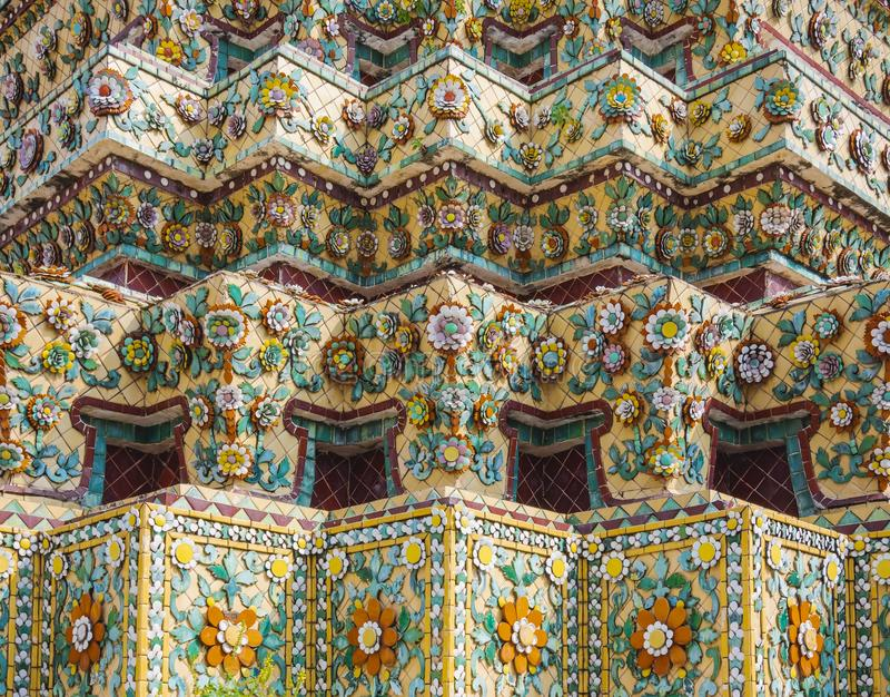 在塔寺庙地标曼谷泰国的Wat Pho寺庙五颜六色的瓦片花卉样式马赛克 库存图片