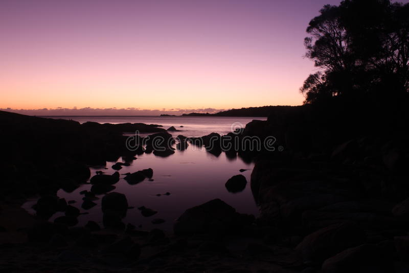 在塔斯马尼亚岛的Binalong海湾东海岸的日出 库存图片