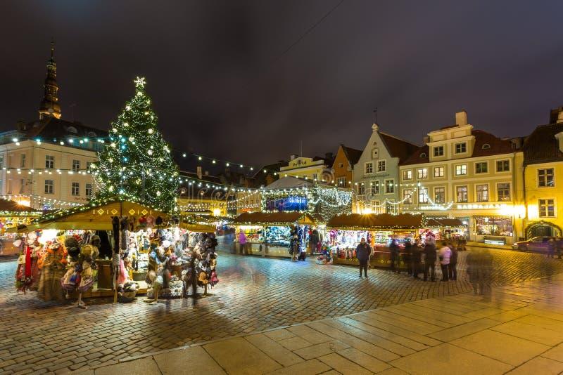 在塔林` s市政厅广场的圣诞节市场 库存照片