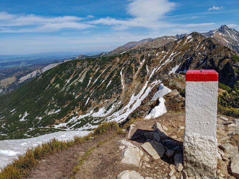 在塔特拉山脉国家公园的激动人心的景色有山的在与天空蔚蓝附近的扎科帕内村庄,波兰的晴朗的春日 库存照片